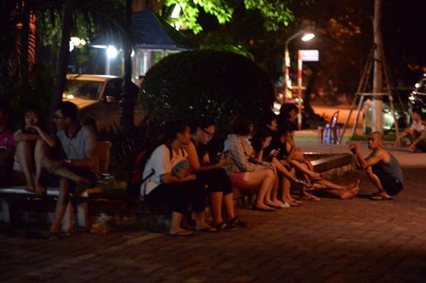 Hà Nội: Người già, trẻ em chung cư Cầu Giấy hoảng loạn vì chập điện gây cháy giữa đêm khuya - Ảnh 8.