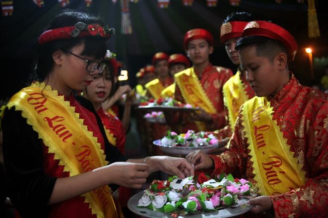 Nhiều người mắt nghẹn ngào trong lễ bông hồng cài áo Vu lan báo hiếu - Ảnh 2.