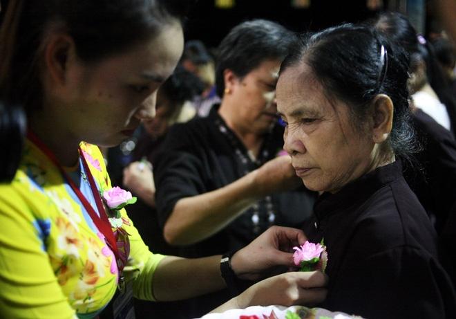 Nhiều người mắt nghẹn ngào trong lễ bông hồng cài áo Vu lan báo hiếu - Ảnh 4.