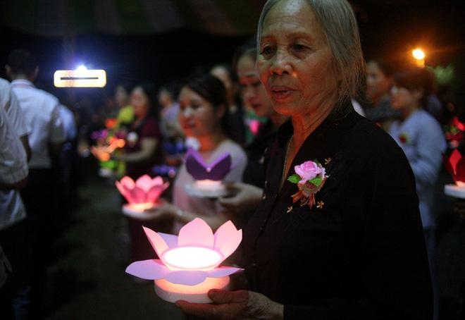 Nhiều người mắt nghẹn ngào trong lễ bông hồng cài áo Vu lan báo hiếu - Ảnh 12.