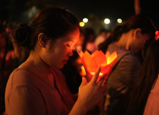 Nhiều người mắt nghẹn ngào trong lễ bông hồng cài áo Vu lan báo hiếu - Ảnh 13.