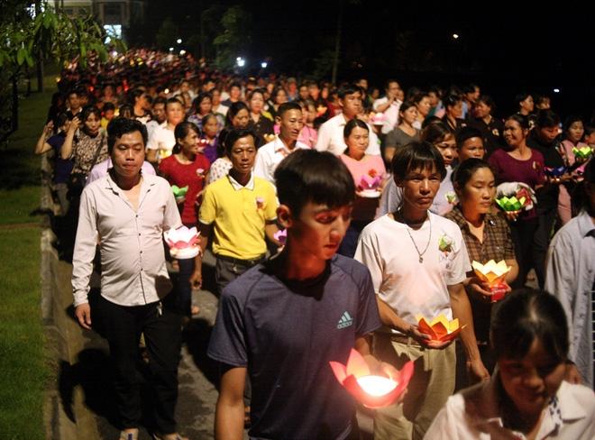 Nhiều người mắt nghẹn ngào trong lễ bông hồng cài áo Vu lan báo hiếu - Ảnh 14.