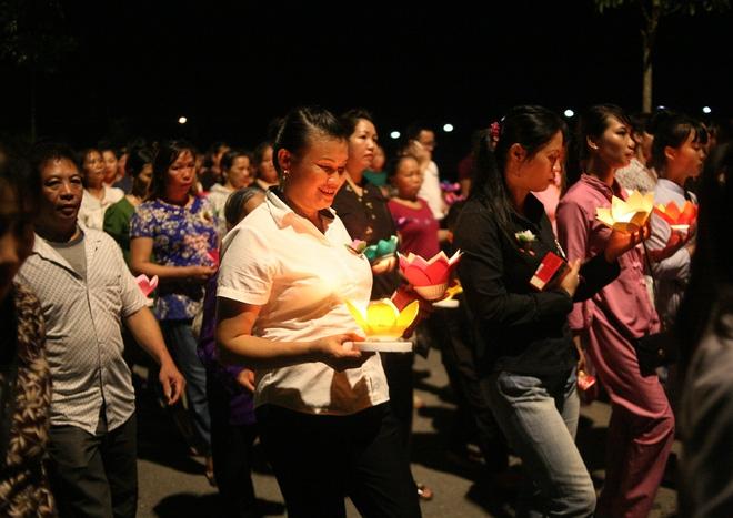Nhiều người mắt nghẹn ngào trong lễ bông hồng cài áo Vu lan báo hiếu - Ảnh 15.
