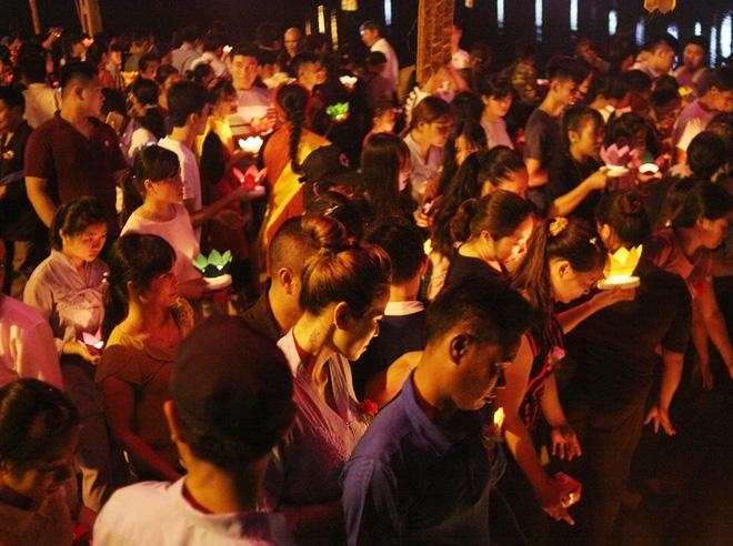 Nhiều người mắt nghẹn ngào trong lễ bông hồng cài áo Vu lan báo hiếu - Ảnh 16.