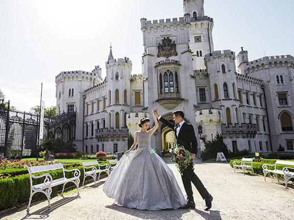 Ảnh cưới lãng mạn của cặp đôi Việt kiều ở lâu đài cộng hoà Séc