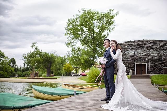 Chủ nhân của bộ ảnh cưới lãng mạn này là chú rể Minh Tùng (làm kinh doanh) và cô dâu Ngọc Anh (nhân viên văn phòng). Cả hai hiện sinh sống và làm việc tại thủ đô Prague, cộng hoà Séc.