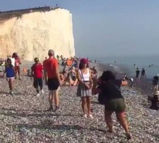 Anh: Hơn 100 người bỏng mắt vì đám mây lạ - 2