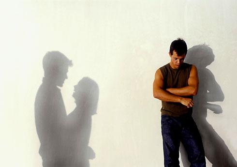 Nhiều người đàn ông đau khổ khi phát hiện đứa trẻ mình yêu thương, chăm sóc bấy lâu lại không phải là con ruột. Ảnh minh họa