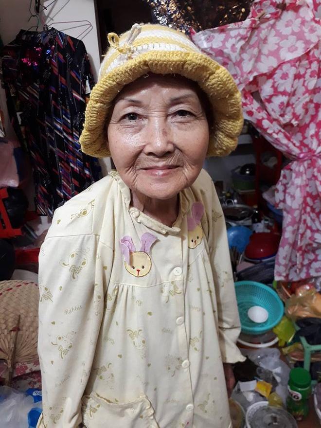 Cuộc đời buồn của cụ bà 80 tuổi đi ăn xin để chăm sóc chó, mèo hoang - Ảnh 1.