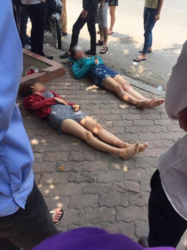 Hà Nội: Đi bộ sang đường, hai cô gái trẻ bị xe máy đâm ngã bất tỉnh