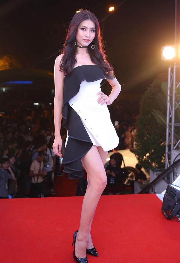 Hoa hậu Kỳ Duyên đeo kính đen đi xem chung kết The Face