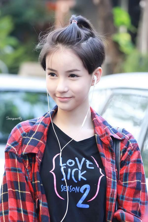 Lúc này, cô còn tóc ngắn và đang tham gia bộ phimLovesick: The Series.