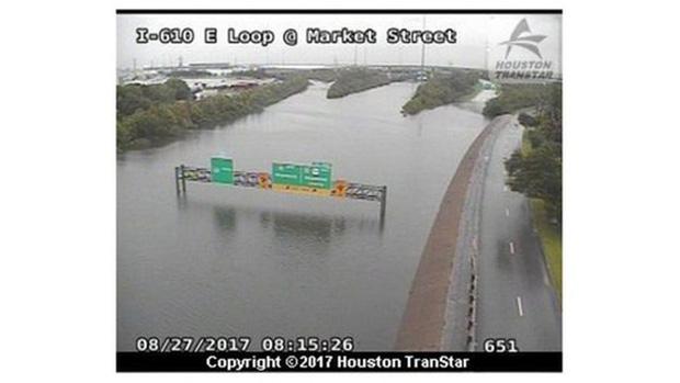 Mỹ: Bức ảnh gây sốc trong bão Harvey - Ảnh 3.