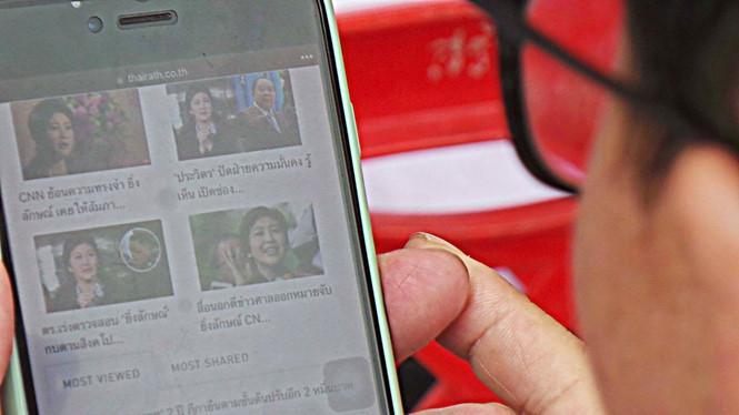 Người dân Thái Lan theo dõi tin tức về bà Yingluck  /// Minh Quang