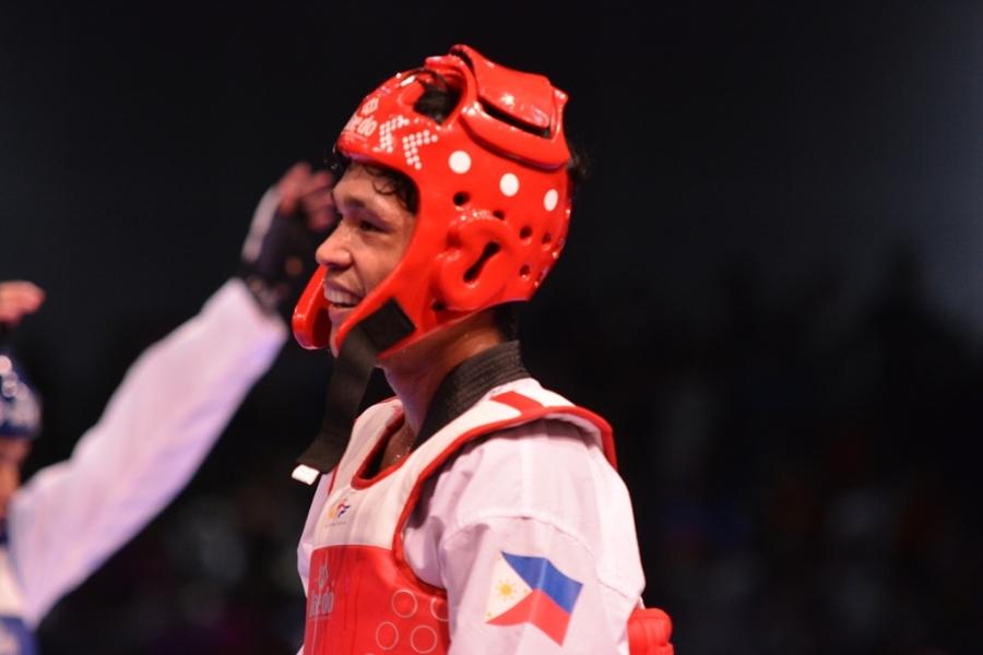 Nụ cười đầy chua chát của võ sĩ Arvin Alcantara khi thua cuộc.