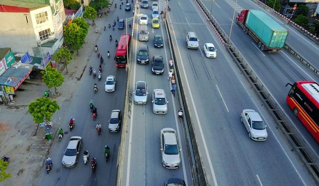 Đường cao tốc trên cao thuộc đường Vành đai 3 của Hà Nội, chỉ dành riêng cho ô tô lưu thông và nghiêm cấm việc dừng đỗ, đón trả khách. Tuyến đường này cũng cấm xe máy và xe thô sơ. Tuy nhiên, thời gian qua, hàng loạt xe khách vẫn ngang nhiên dừng đỗ, đón trả khách ở một số điểm chuyển làn.