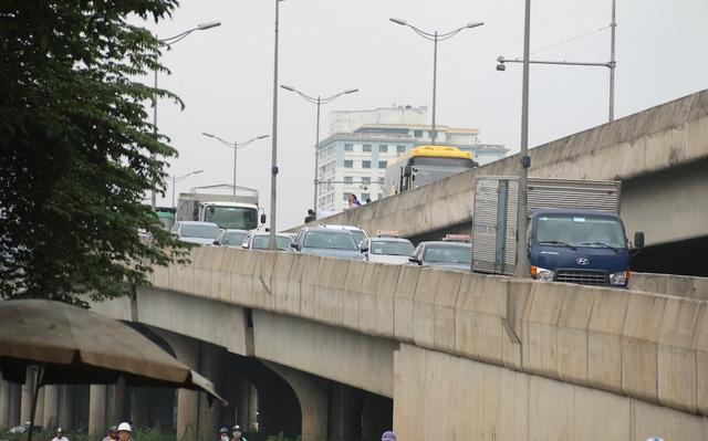 Chiếc xe khách màu vàng dừng trả khách ở điểm chuyển làn xuống đường Phạm Hùng.