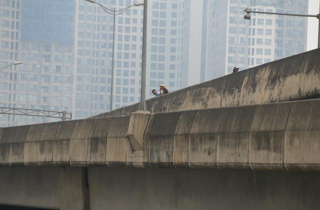Cảnh xe ôm đứng đợi khách tại điểm chuyển làn từ cao tốc trên cao xuống ngã tư Nguyễn Xiển - Nguyễn Trãi. Tình trạng dừng đỗ, đón trả khách, đi ngược chiều, không chấp hành luật giao thông của xe ôm diễn ra hàng ngày, tiềm ẩn nhiều nguy cơ tai nạn.