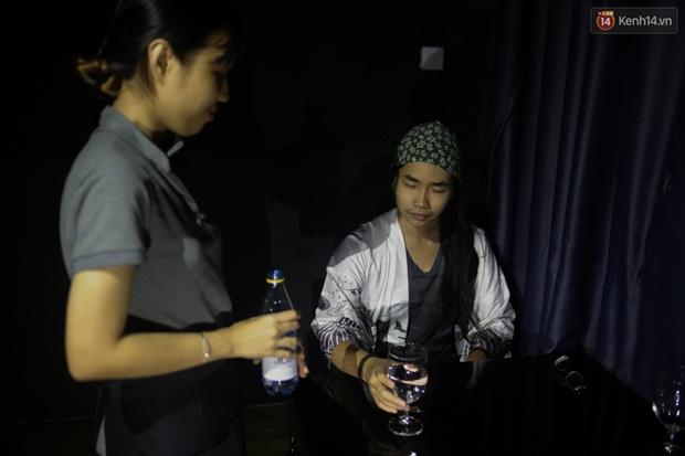 Chuyện chưa kể về nhân viên khiếm thị trong nhà hàng bóng tối ở Sài Gòn: Cô không có đôi mắt đẹp như các con đâu nha... - Ảnh 7.