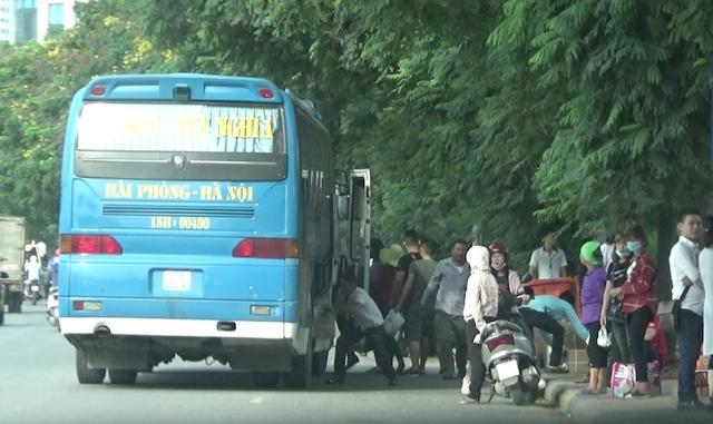 Xe dừng đón khách tuỳ tiện trên đại lộ Thăng Long.