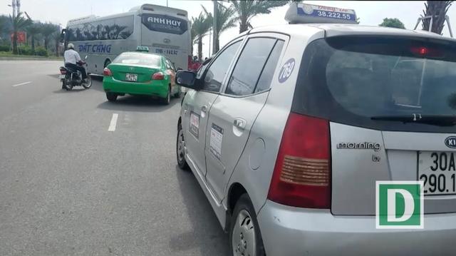 Cảnh taxi, xe ôm lao đến mời chào người xuống xe khách, tạo cảnh tượng nhốn nháo.