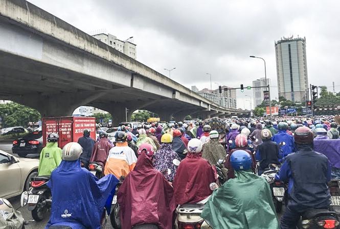 Theo ghi nhận của phóng viên, hàng loạt tuyến đường như Nguyễn Xiển, Nghiêm Xuân Yêm, Định Công, Giải Phóng,... xảy ra ùn tắc kéo dài vào giờ cao điểm buổi sáng.