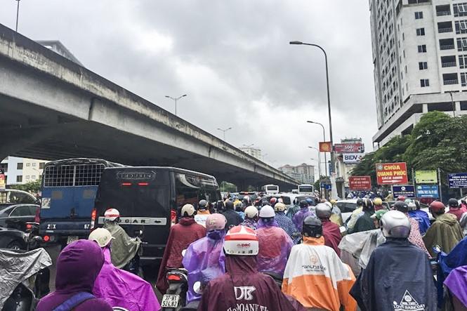 Hàng loạt tuyến đường Thủ đô ùn tắc trong cơn mưa buổi sáng - ảnh 1
