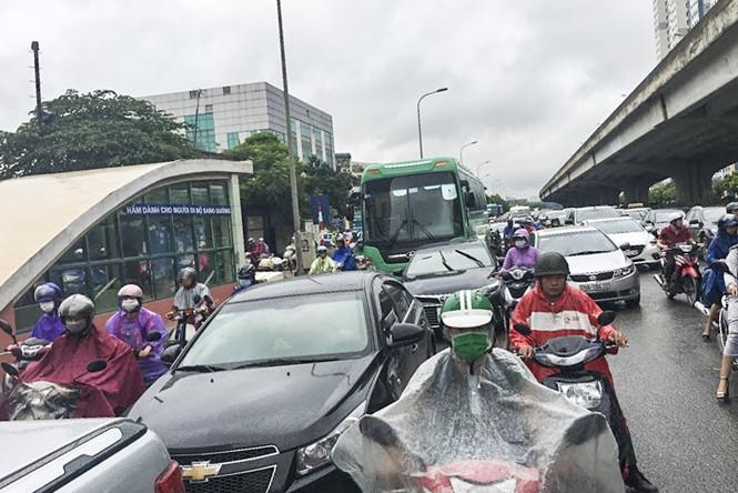 Hàng loạt tuyến đường Thủ đô ùn tắc trong cơn mưa buổi sáng - ảnh 2