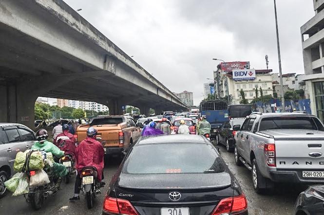 Hàng loạt tuyến đường Thủ đô ùn tắc trong cơn mưa buổi sáng - ảnh 3