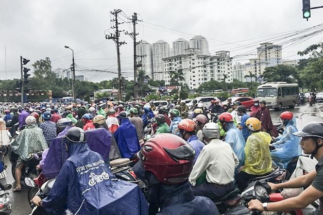 Hàng loạt tuyến đường Thủ đô ùn tắc trong cơn mưa buổi sáng - ảnh 4