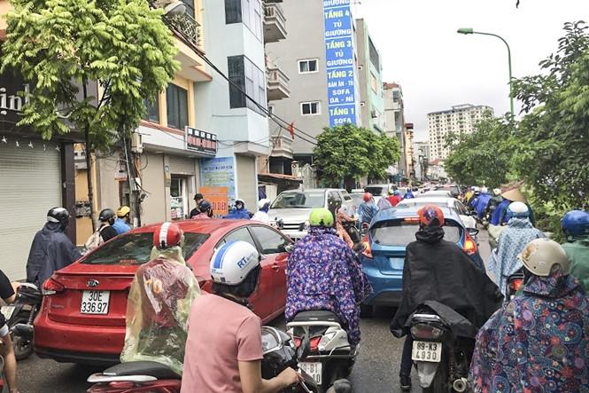 Hàng loạt tuyến đường Thủ đô ùn tắc trong cơn mưa buổi sáng - ảnh 6