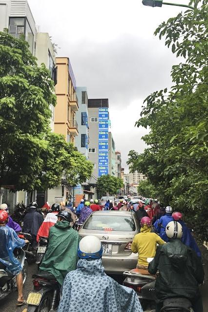 Hàng loạt tuyến đường Thủ đô ùn tắc trong cơn mưa buổi sáng - ảnh 7