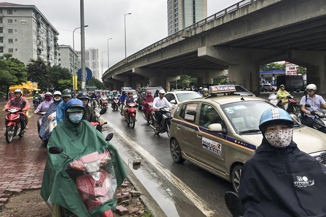 Hàng loạt tuyến đường Thủ đô ùn tắc trong cơn mưa buổi sáng - ảnh 8
