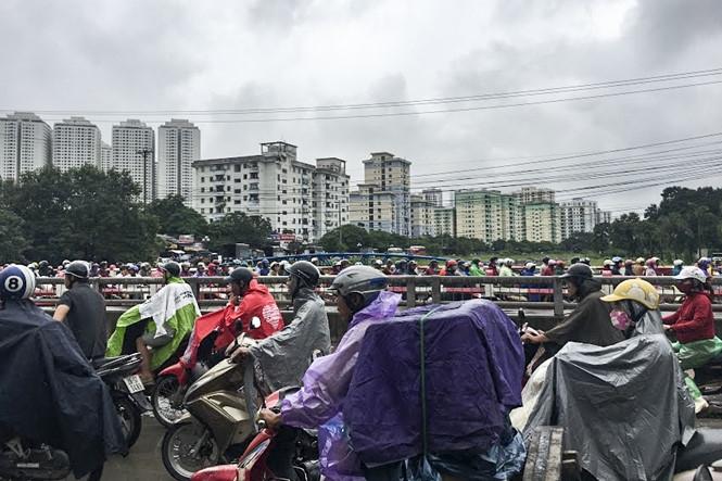 Hàng loạt tuyến đường Thủ đô ùn tắc trong cơn mưa buổi sáng - ảnh 9