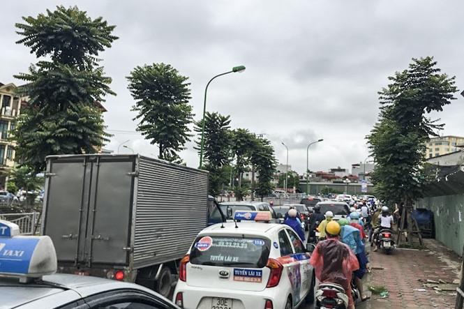 Hàng loạt tuyến đường Thủ đô ùn tắc trong cơn mưa buổi sáng - ảnh 10