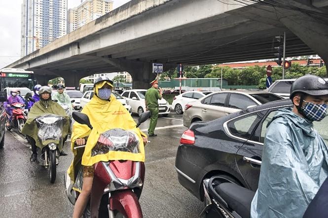 Hàng loạt tuyến đường Thủ đô ùn tắc trong cơn mưa buổi sáng - ảnh 11