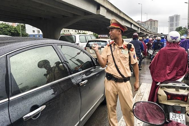 Hàng loạt tuyến đường Thủ đô ùn tắc trong cơn mưa buổi sáng - ảnh 12