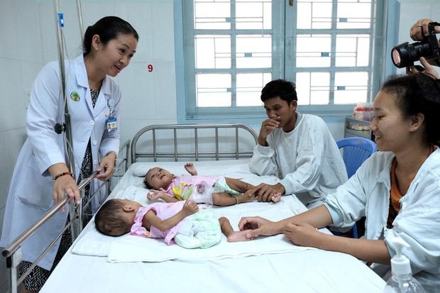 Lần đầu tiên sau năm 1975, Việt Nam xuất hiện hai bé gái song sinh dính nhau vùng cùng cụt - Ảnh 5.