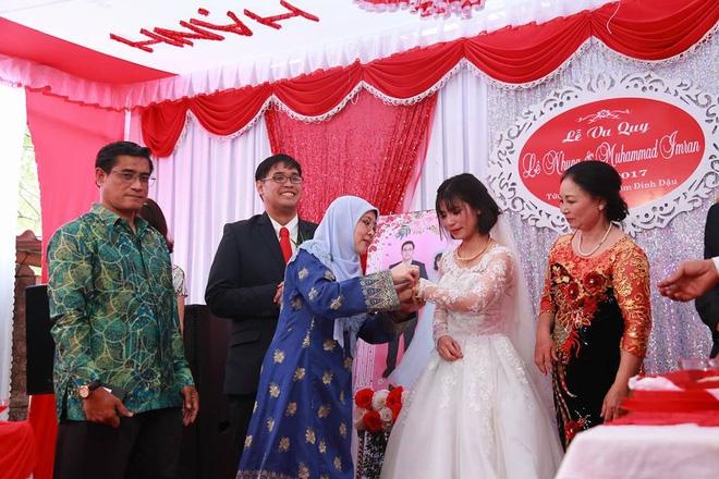 Tiệc cưới dát vàng sang trọng của cô dâu Việt lấy chồng đạo Hồi ở Singapore - Ảnh 5.