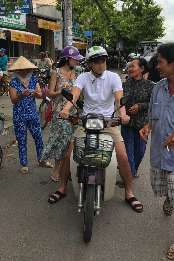 cong-vinh-thuy-tien-cho-nhau-bang-xe-may-di-tim-nguoi-ngheo-tang-gao-4
