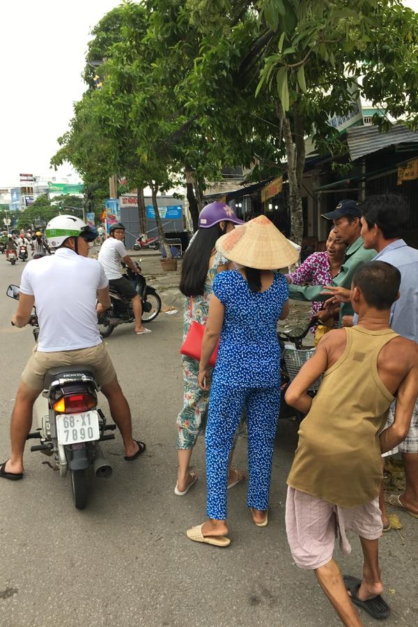 cong-vinh-thuy-tien-cho-nhau-bang-xe-may-di-tim-nguoi-ngheo-tang-gao-5