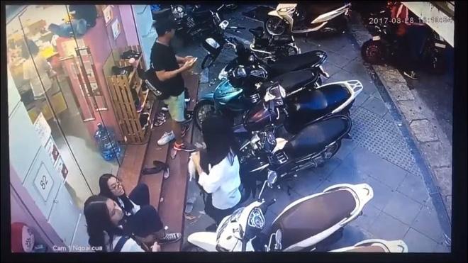 Hà Nội: Nam thanh niên bảnh bao bẻ khóa trộm xe SH trong tích tắc - Ảnh 2.