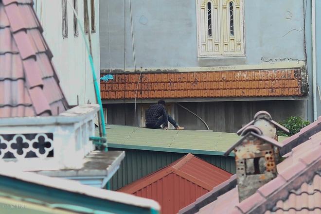 Hà Nội: Nam thanh niên nghi ngáo đá leo trèo qua hàng chục nhà dân gây xôn xao khu phố - Ảnh 1.