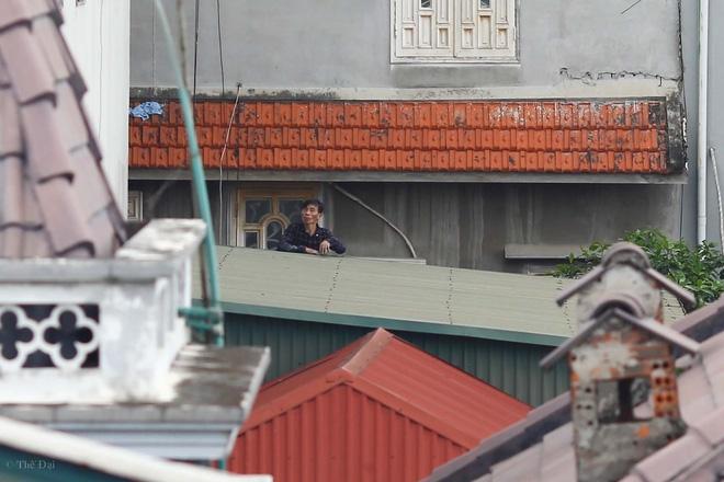 Hà Nội: Nam thanh niên nghi ngáo đá leo trèo qua hàng chục nhà dân gây xôn xao khu phố - Ảnh 2.