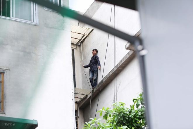 Hà Nội: Nam thanh niên nghi ngáo đá leo trèo qua hàng chục nhà dân gây xôn xao khu phố - Ảnh 4.