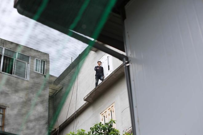 Hà Nội: Nam thanh niên nghi ngáo đá leo trèo qua hàng chục nhà dân gây xôn xao khu phố - Ảnh 5.
