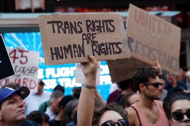 Người biểu tình phản đối lệnh cấm người chuyển giới gia nhập quân đội của Tổng thống Donald Trump.