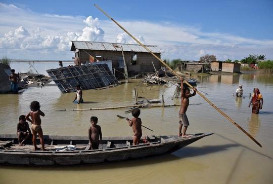 Lũ lụt tàn phá Nam Á, hơn 1.200 người thiệt mạng - Ảnh 1.