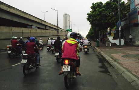 Ngac nhien: Chua vao dong, nguoi Ha Noi da phai mac ao am - Anh 2