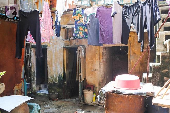 Sống khổ trong nhà phố cổ nằm trên nóc WC: Khi yêu đương vương mùi xú khí, bếp ăn ở cạnh bồn cầu  - Ảnh 1.